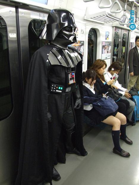 普通に日本の電車に乗っているダースベーダー.png